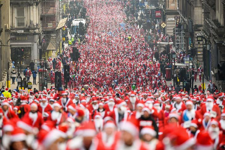 Ежегодный забег санта-клаусов, который проводится в Глазго с 2006 года
