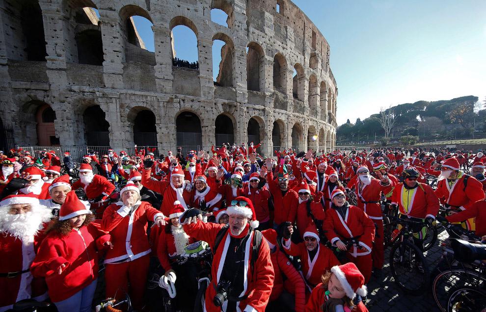 Санта-Клаусы у Колизея в Риме, Италия