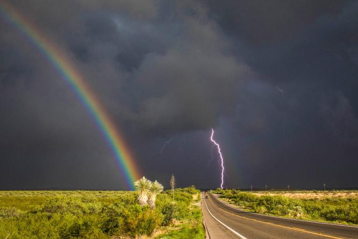 Радуга и молния во время бури в штате Аризона
