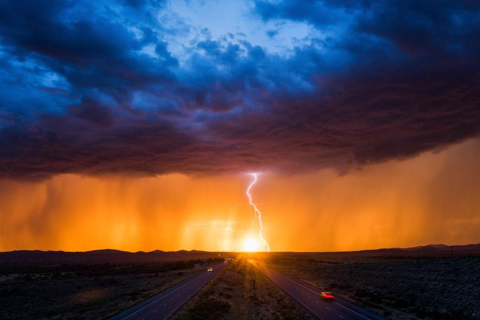 Закат и молнии