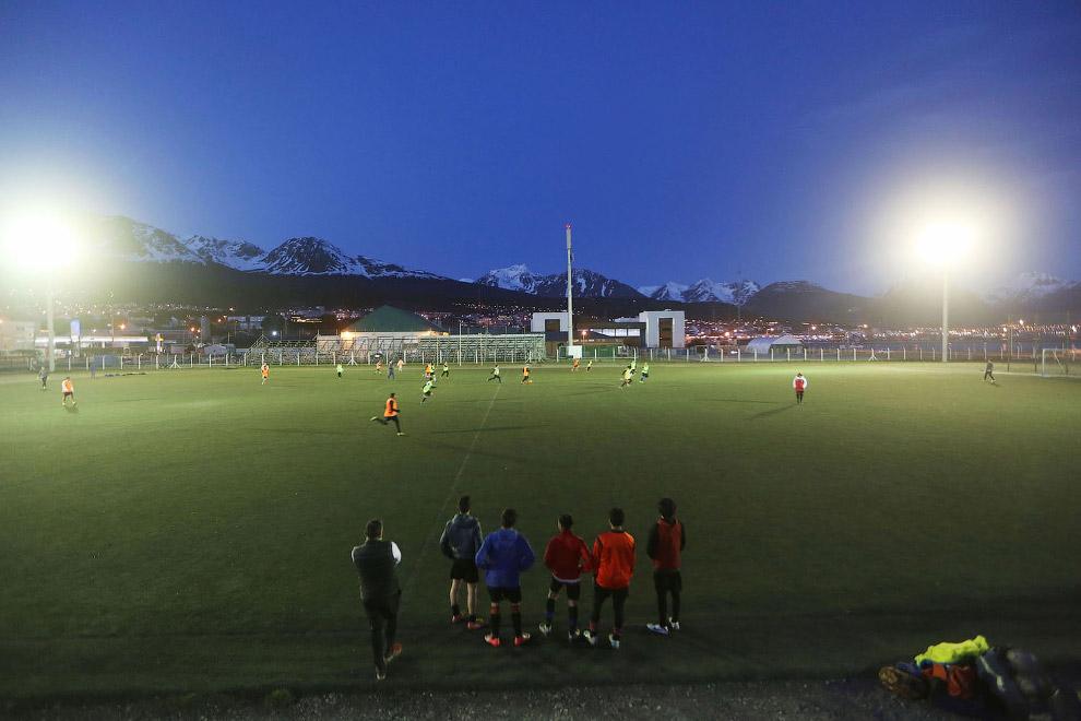 Футбольный стадион и горы