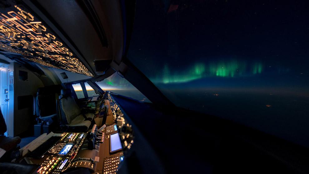 Кабина Boeing 747 и северное сияние