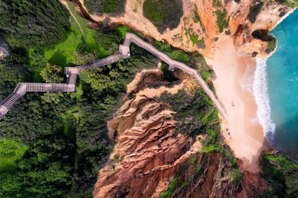 Длинная лестница, ведущая к одному из самых красивых пляжей Алгарве в Португалии