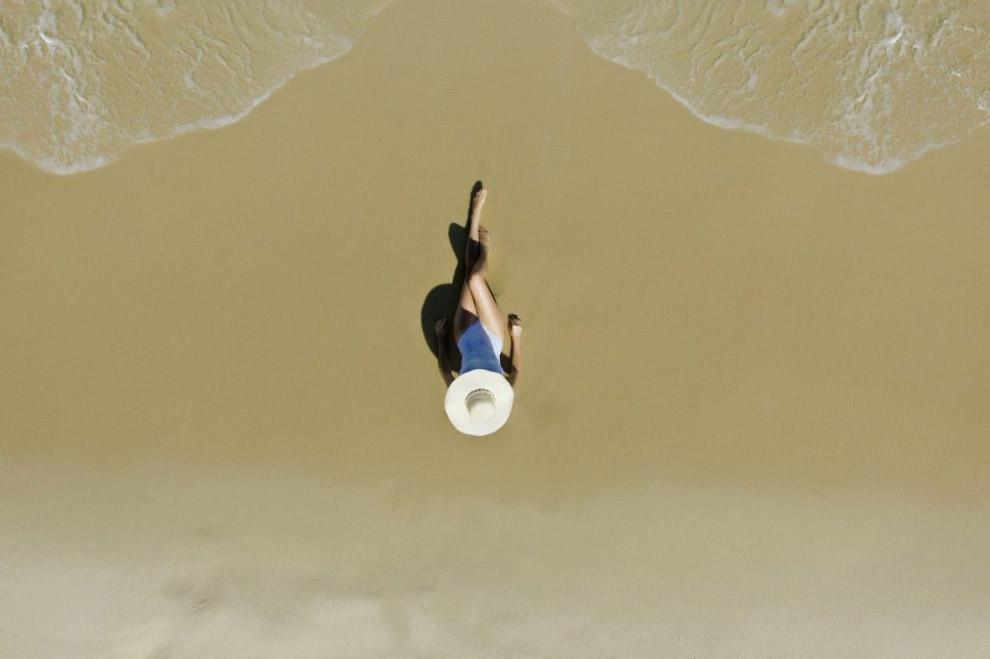 Девушка на пляже Рио-де-Жанейро
