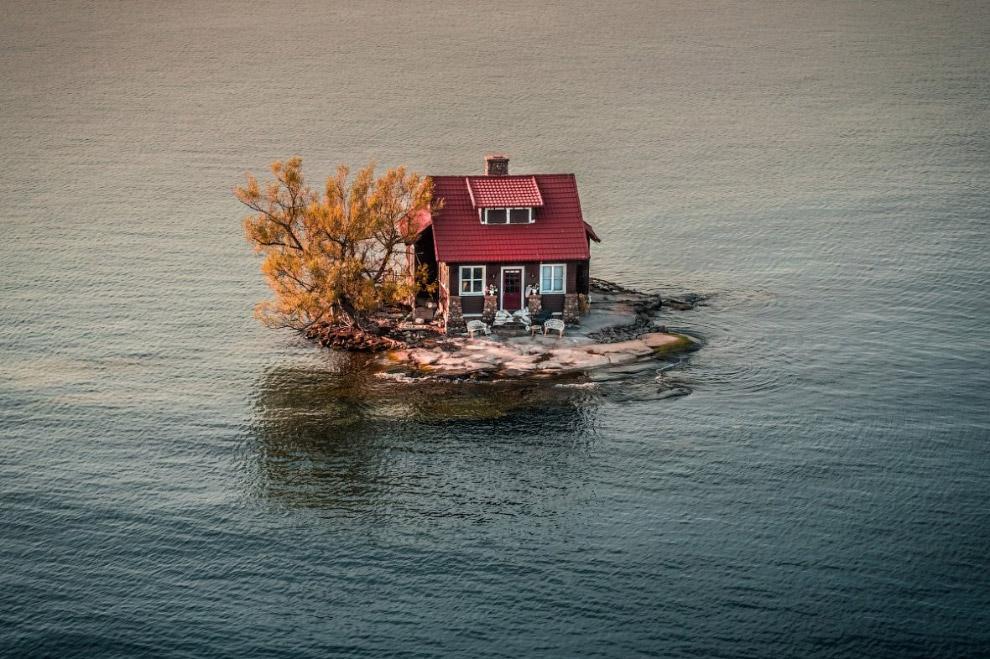 Вот такой вот дом на границе США и Канады