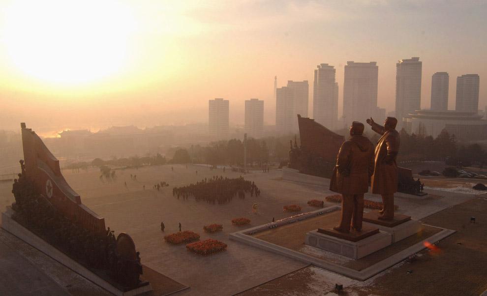 Статуи основателя Северной Кореи Ким Ир Сена и бывшего лидера Ким Чен Ира на холме Мансуэ в Пхеньяне