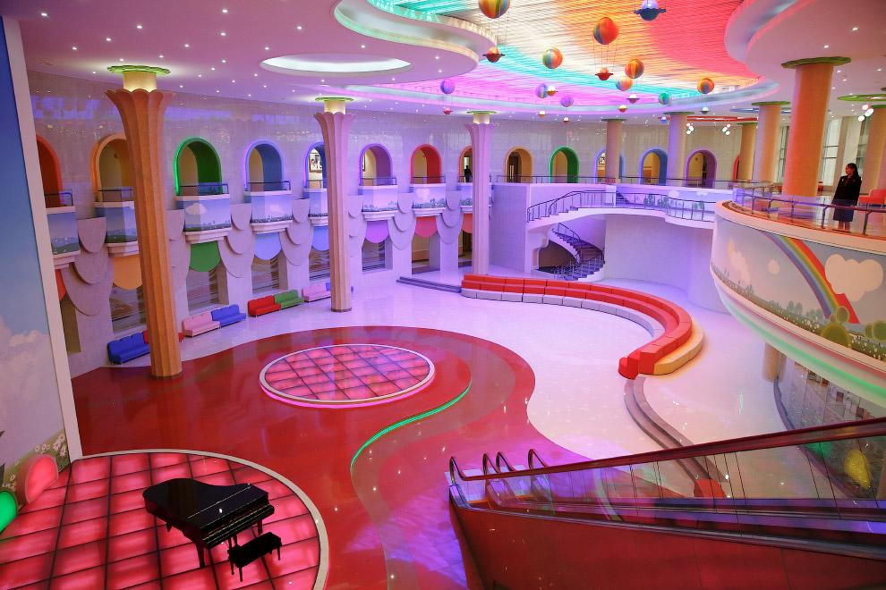 Ну очень развеселый Детский дворец Mangyongdae в Пхеньяне