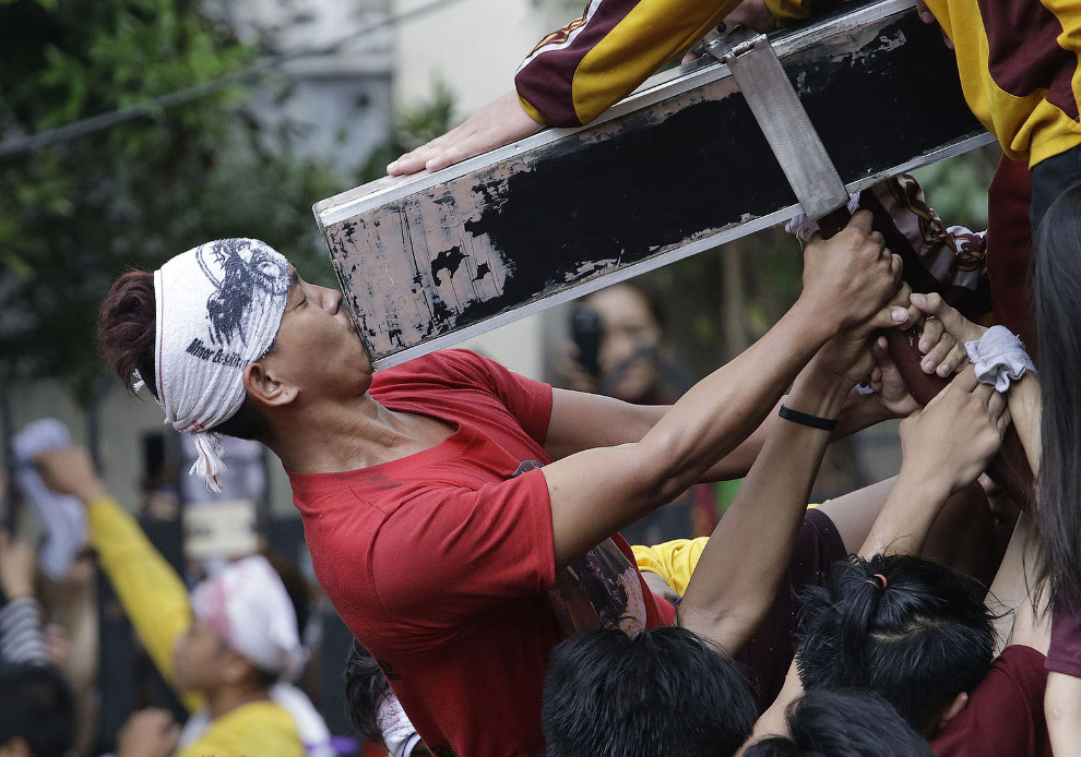 Шествия со статуей «Черного Назарянина» по улицам Манилы