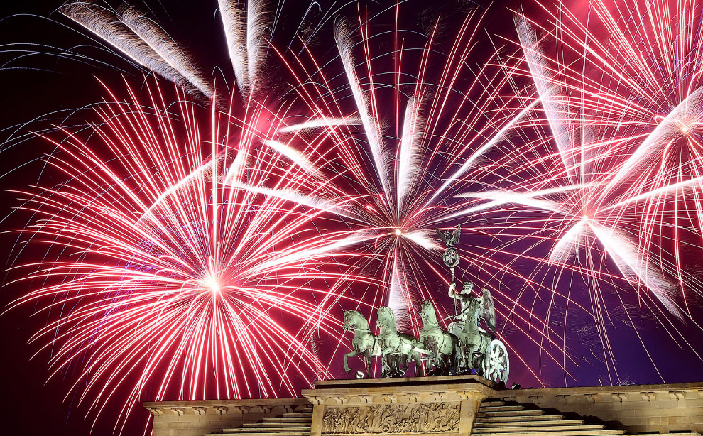 Фейерверки над Бранденбургскими воротами в Берлине