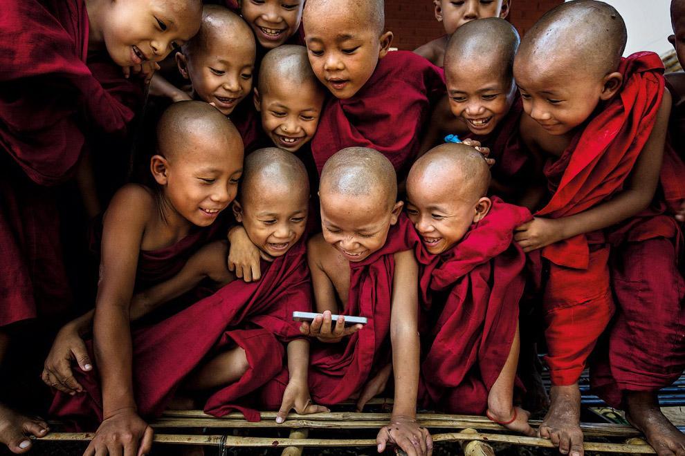 Маленькие монахи в монастыре в Багане, Мьянма
