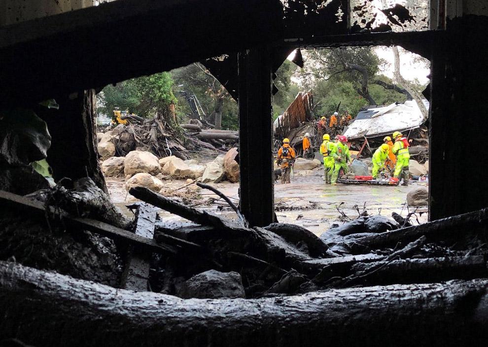 Спасатели в уничтоженном квартале в Монтесито