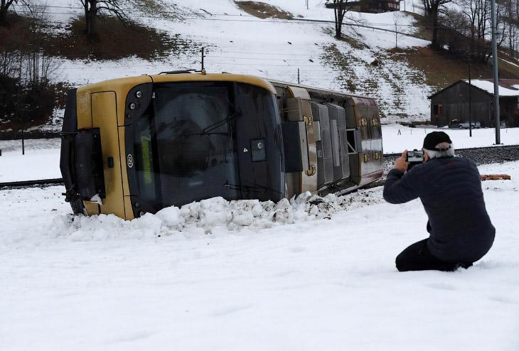 Автобус сдуло ветром с трассы недалеко от города Ленка, Швейцария