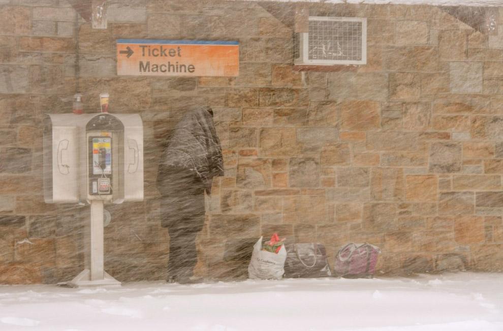 На остановках общественного транспорта в штате Нью-Йорк было не комфортно