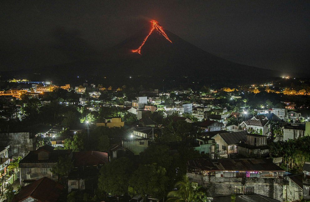 Лава каскадами спускается по склонам вулкана Майон