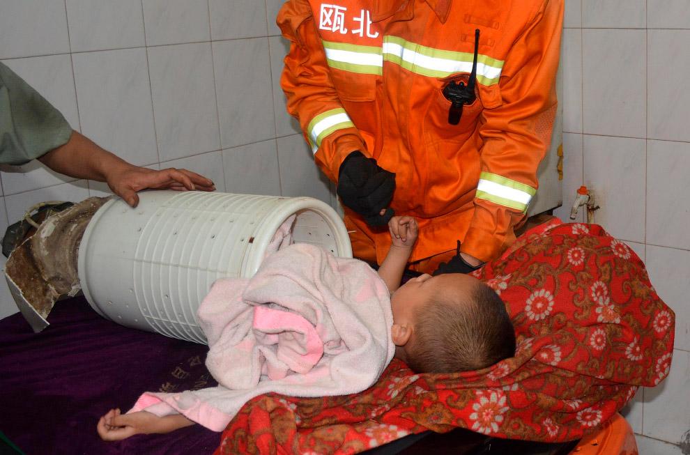 Ребенок залез и застрял в барабане стиральной машины
