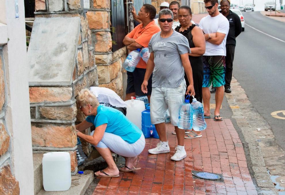 Очередь за питьевой водой