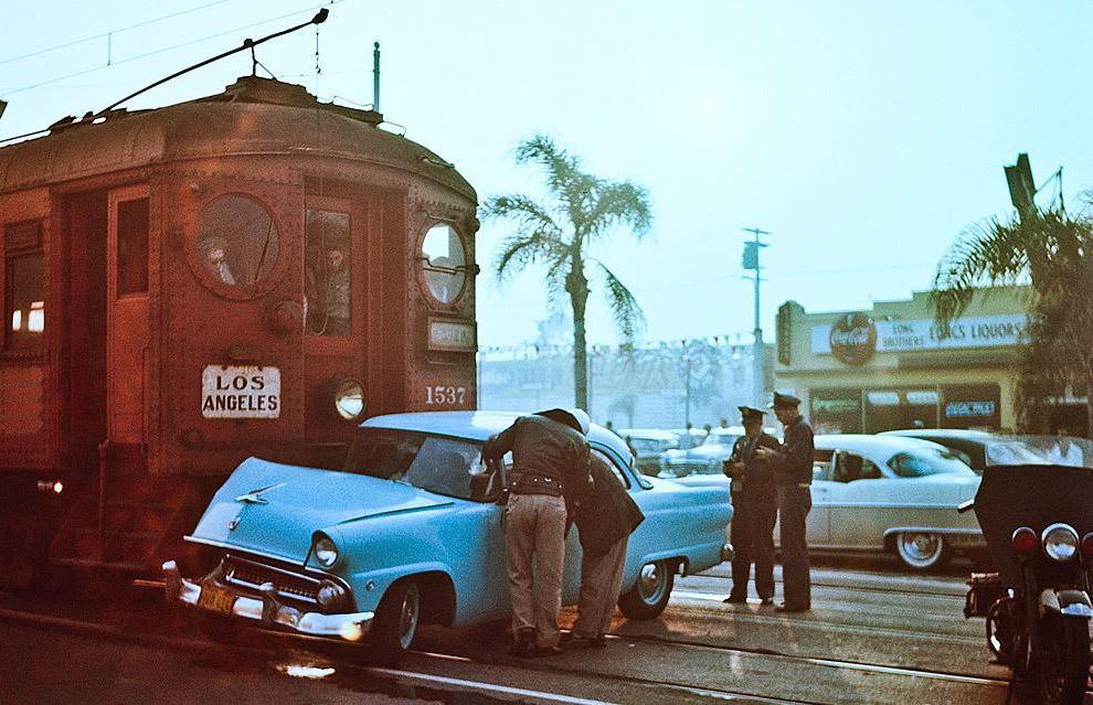 Столкновения Форда и пригородного поезда, Лос-Анджелес, 1955 год.