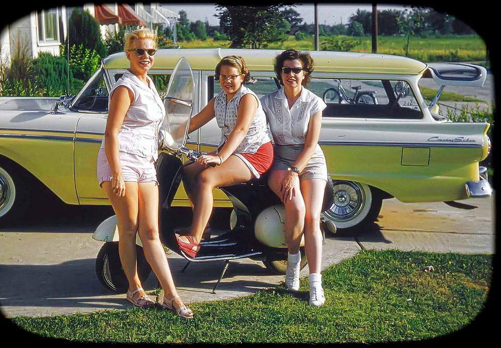 Dziewczyny ze skuterami.