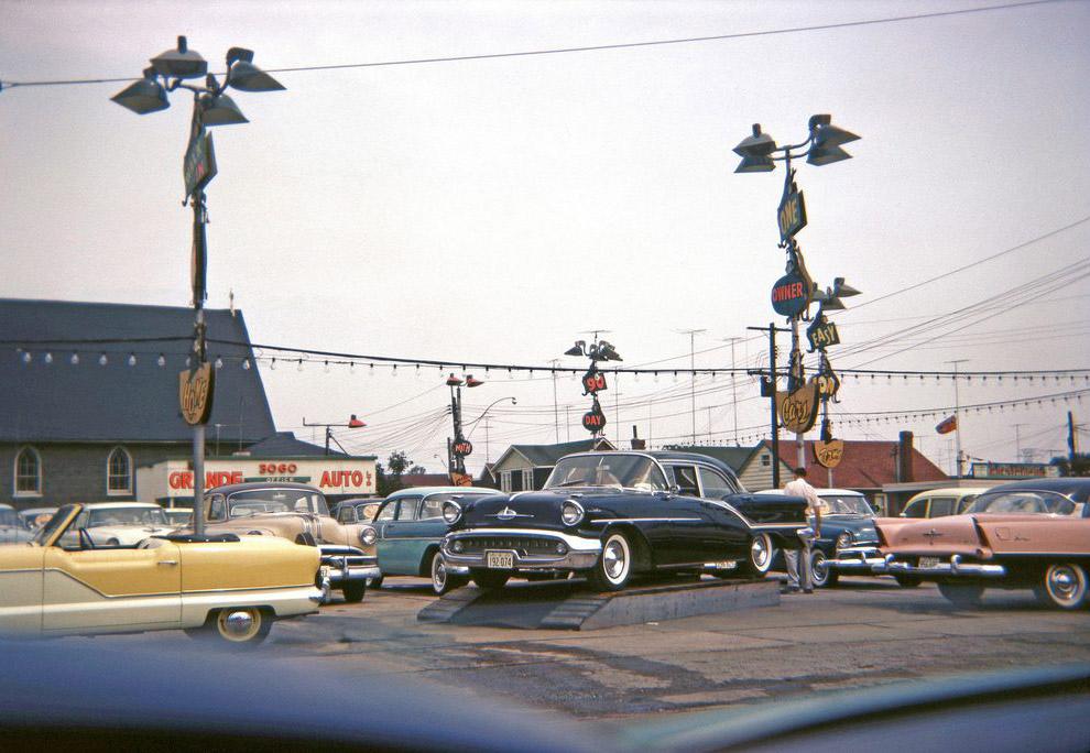 Новые машины на стоянке перед автосалоном.