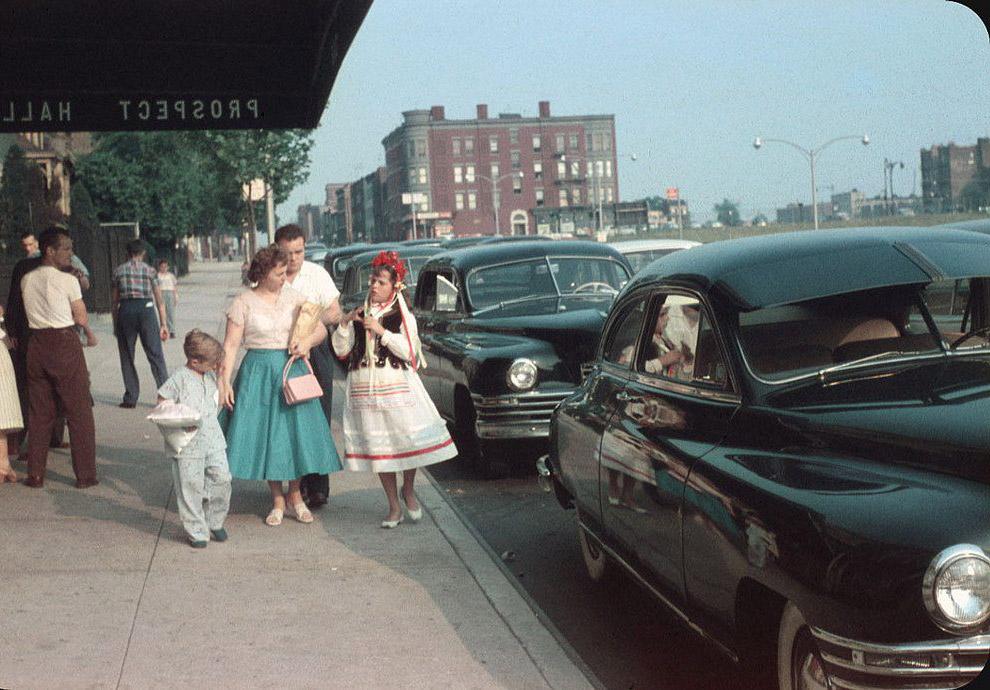 Przy wejściu do sali na uroczystości.  Brooklyn, 1956.