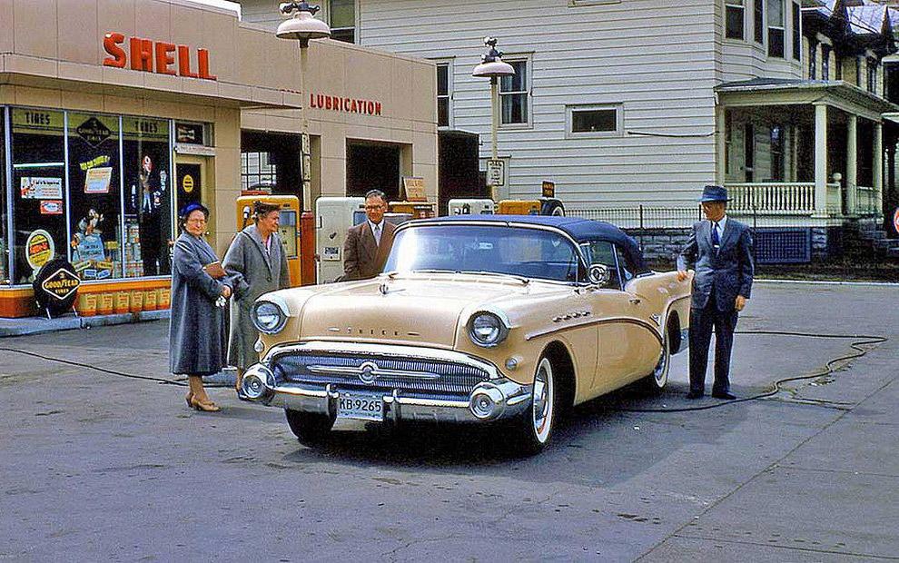 Na stacji benzynowej, w 1957 roku.