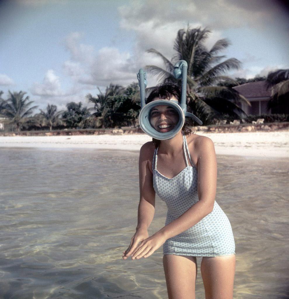 В маске с трубкой. То, что когда-то было купальником, сегодня можно встретить в виде платья :)