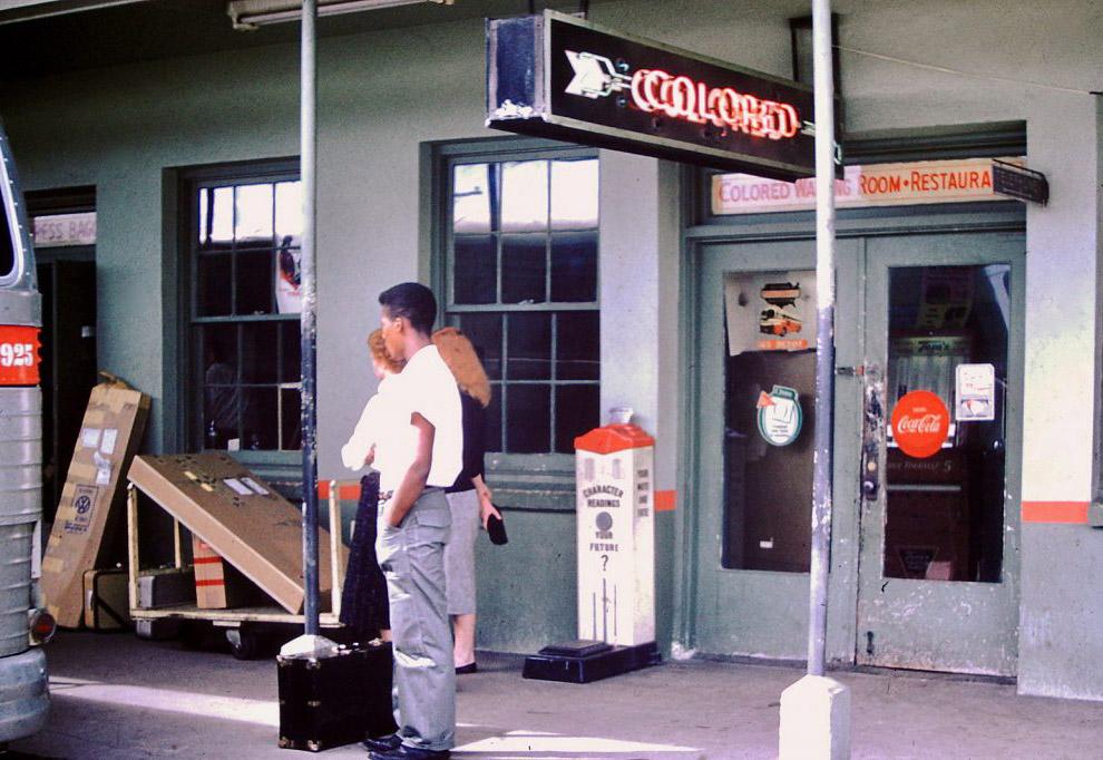 Przystanek autobusowy z poczekalnią na kolor, 1959 rok.