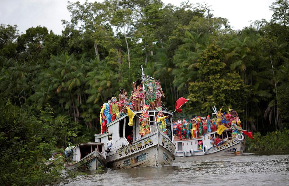 Так называемый водный карнавал в Бразилии