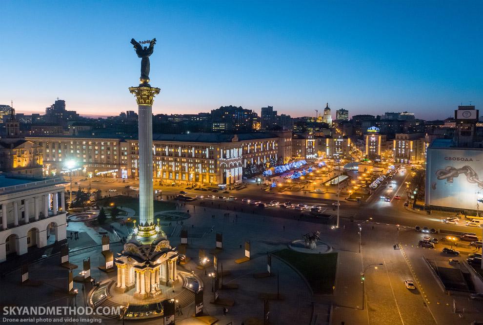Слева — Монумент Независимости Украины