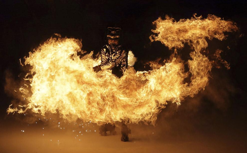 Танцы с огнем — всегда эффектно