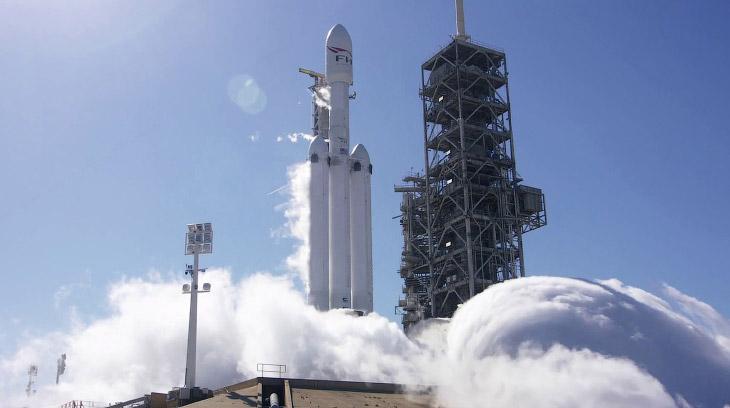 Старт тяжелой ракеты Falcon Heavy компании Илона Маска