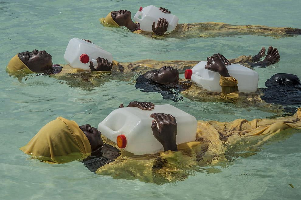 Студенты начальной школы Киджини учатся плавать в Индийском океане у Мнуни, Занзибар