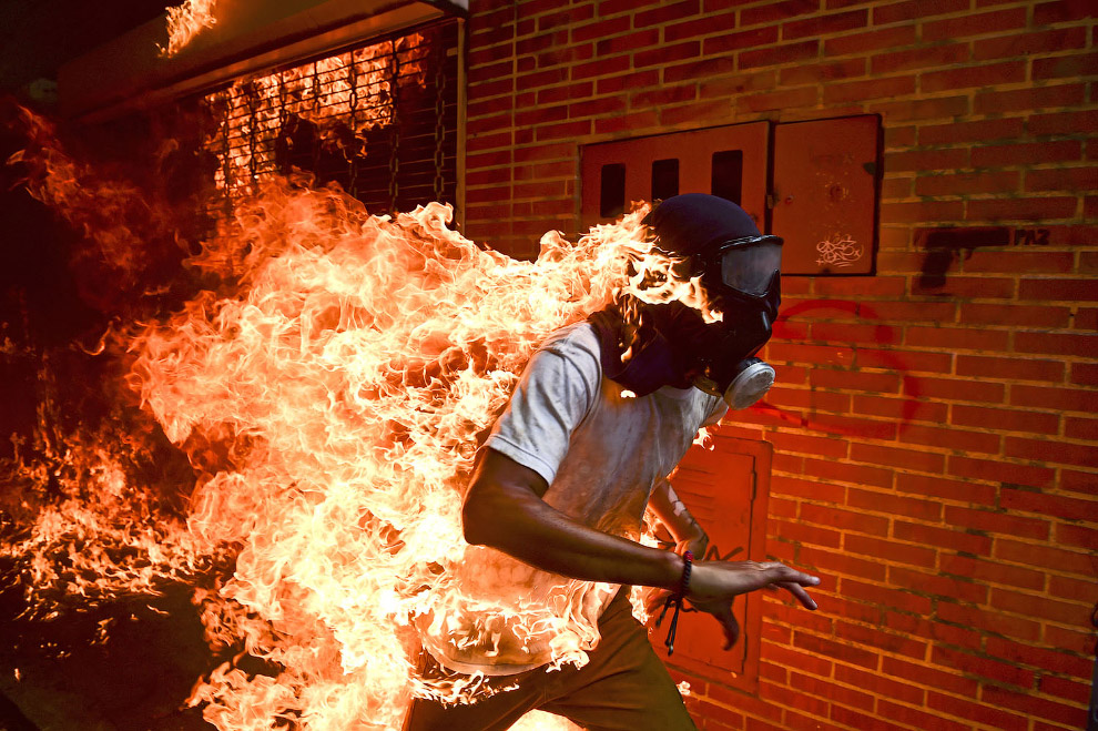 Во время столкновений и протестов против президента Николя Мадуро в Каракасе, Венесуэла