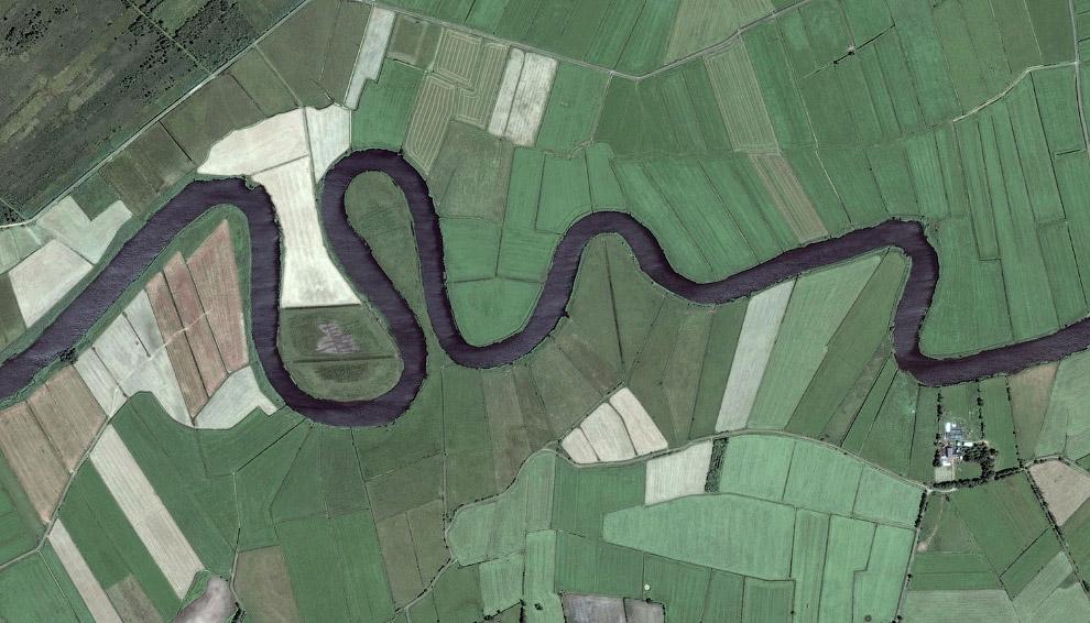 Измененное русло реки и сельскохозяйственные поля
