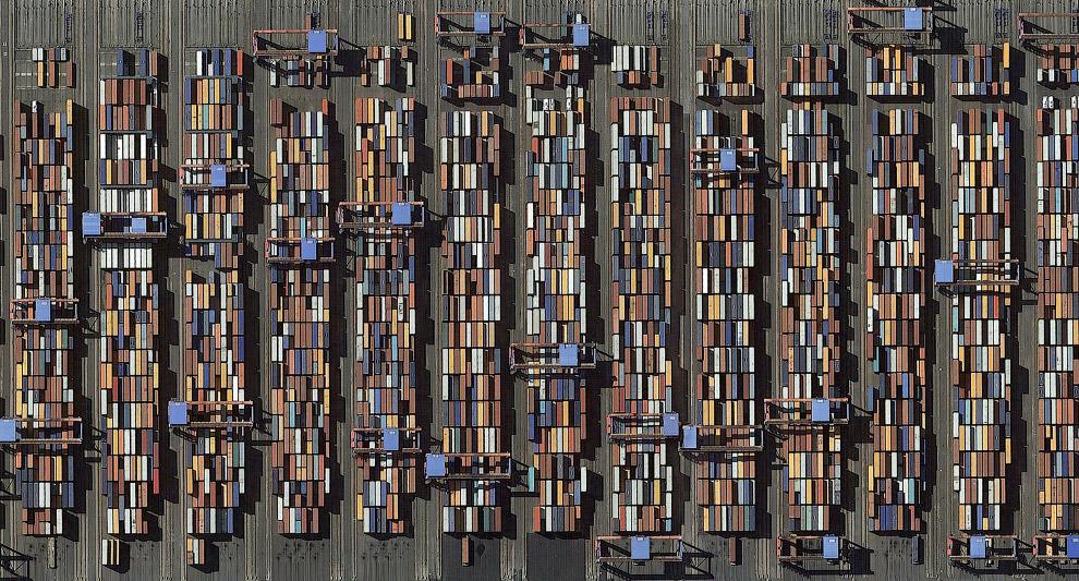 Грузовые контейнеры в порту