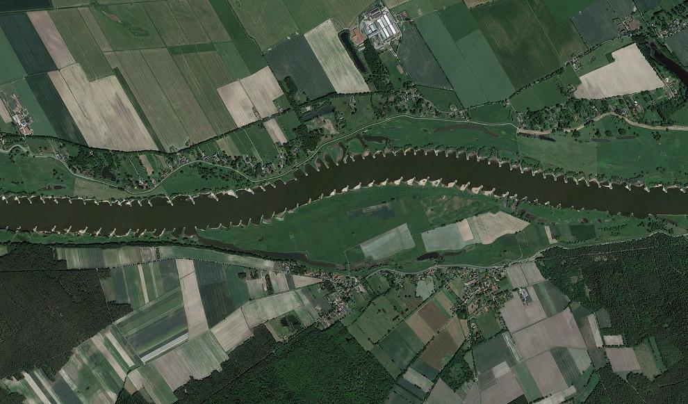 Вдоль реки Эльбы видны структуры, предотвращающие эрозию почвы