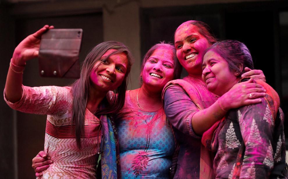 Разноцветные люди в Ахмадабаде, Индия