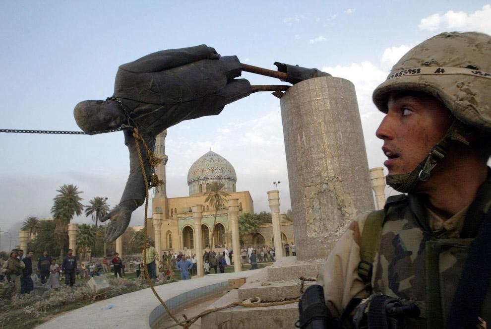 Уничтожение статуи президента Ирака Саддам Хусейна в Багдаде