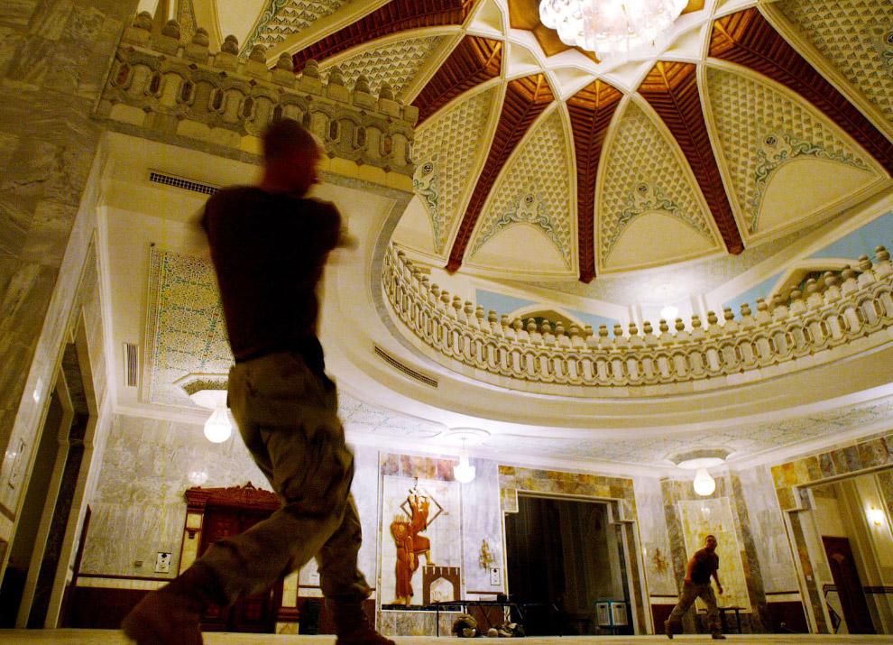 Американские солдаты играют в бейсбол в одном из дворцов свергнутого иракского диктатора Саддама Хусейна