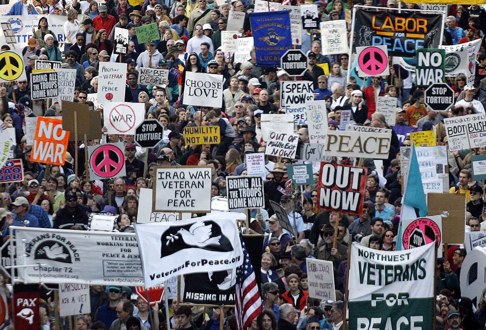 проходит антивоенная демонстрация в Портленде, штат Орегон