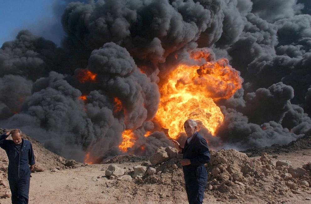 Горящий нефтепровод в районе города Киркук в Ираке