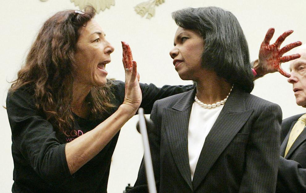 Протестующая выскочила перед госсекретарем США Кондолизой Райс с окровавленными руками