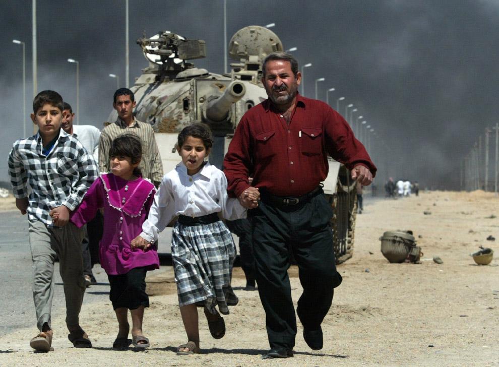 Иракская семья бежит из города Басра