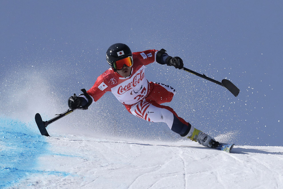 Хираку Мисава (Япония) на трассе супергигантского слалома в классе LW 2-9 (стоя) на соревнованиях по горнолыжному спорту среди мужчин на XII зимних Паралимпийских игр в Пхенчхане.