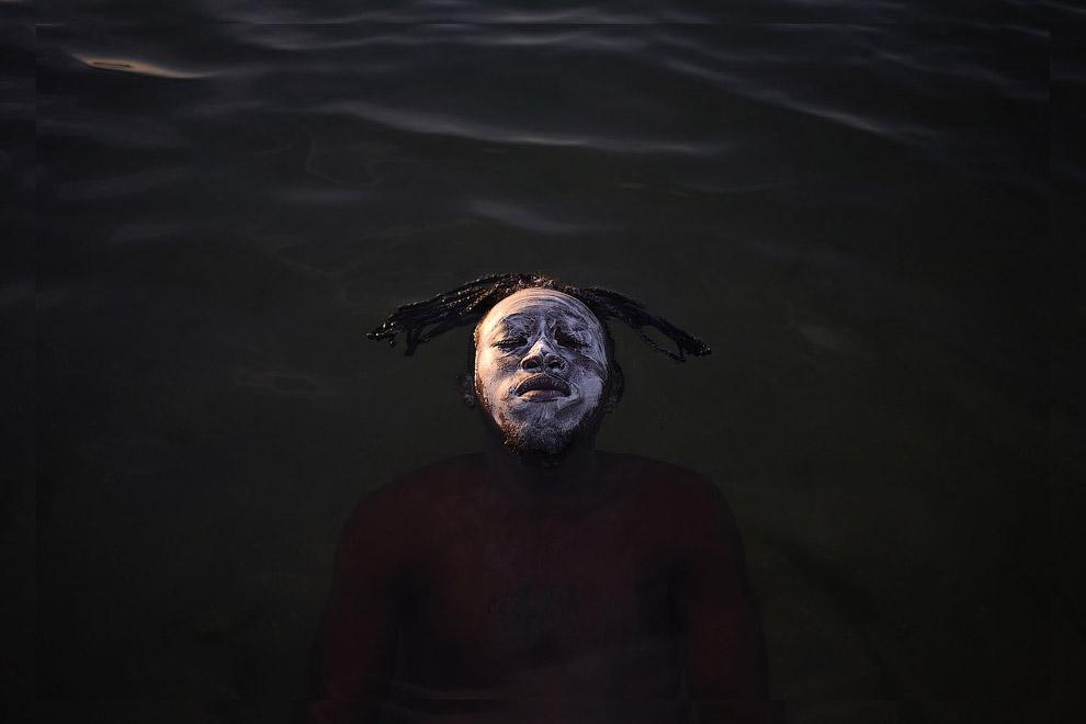 Беженец из Демократической Республики Конго плавает в водах залива Гуанабара, Рио-де-Жанейро