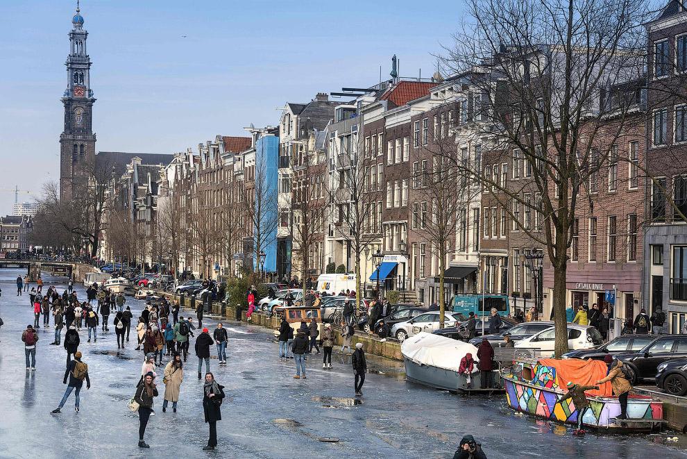 Канал в Амстердаме замерз