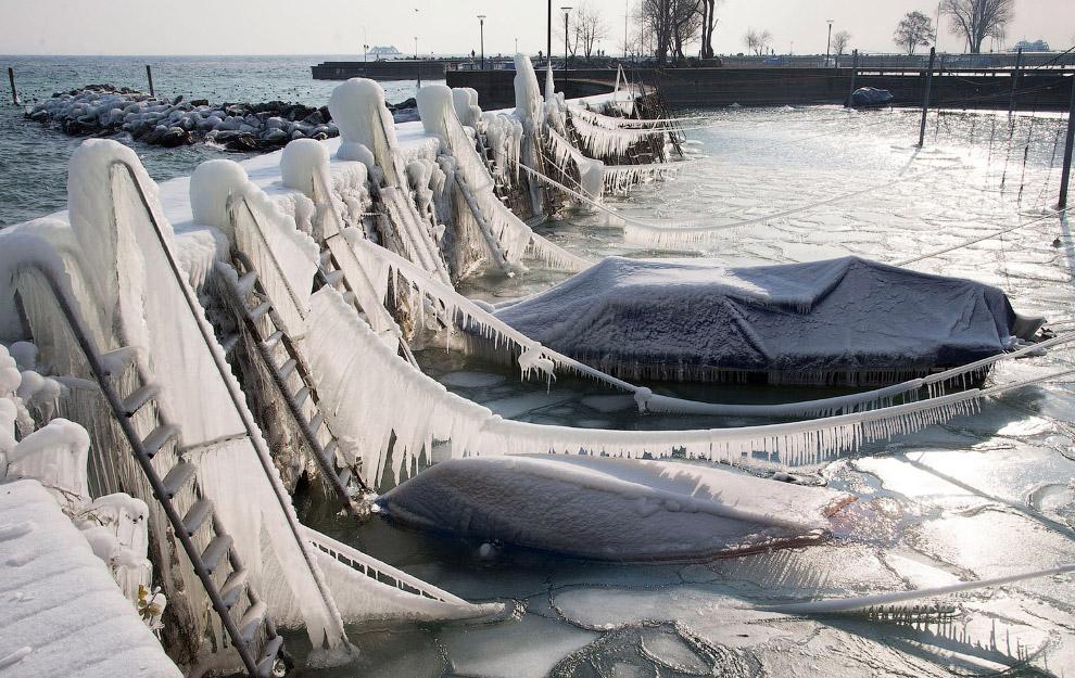 Лодки замерзли в порту Романсхорн, Швейцария