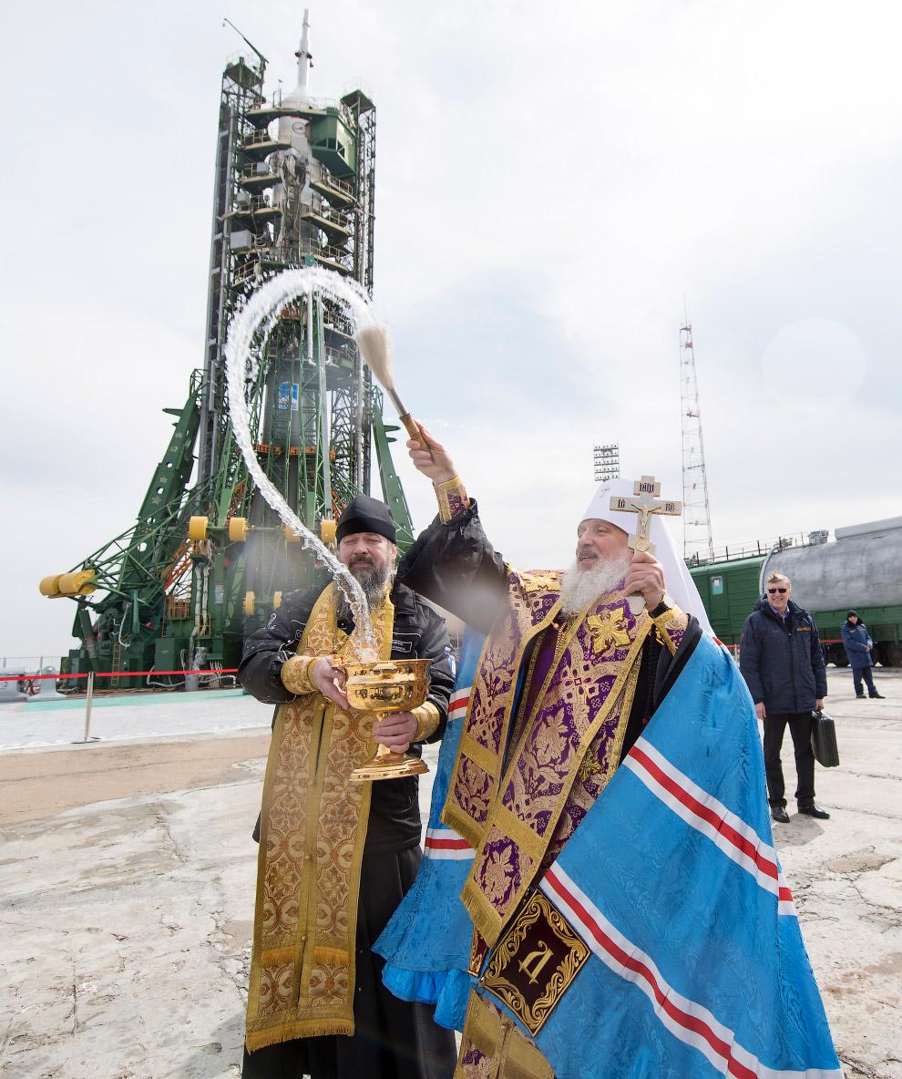 Тем временем, на Байконуре усиленно освящали ракету