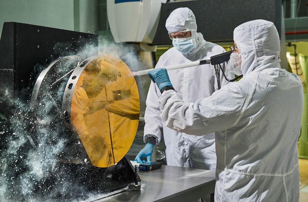 Очистка зеркала сухим льдом из двуокиси углерода