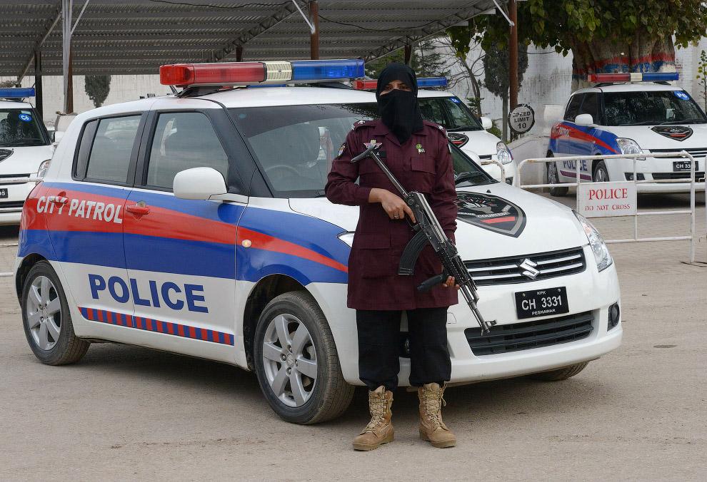 Суровая полицейская в Пешаваре, Пакистан
